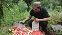 Presenter Indra Bekti setelah proses pemakaman anak ketiganya, Kenward Athar Indrabekti, di TPU Kamboja, Radio Dalam, Jakarta, Rabu (1/2). Anak ketiga Indra Bekti itu dikuburkan di dekat makam kakek dan neneknya. (Liputan6.com/Herman Zakharia)