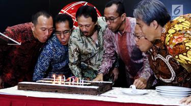 Dirut BEI, Tito Sulistio (kedua kiri) bersama komisaris dan direksi periode 1992 hingga 2017 meniup lilin ulang tahun di kantor BEI, Jakarta, Kamis (13/7). PT Bursa Efek Indonesia (BEI) hari ini menggelar hari jadi yang ke-25. (Liputan6.com/Angga Yuniar)