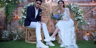 Kabar bahagia dari penyanyi Petra Sihombing. Petra resmi mempersunting kekasihnya Firrina Sinatrya pada Jumat (13/3/2018) sekitar pukul 13.00 WIB. Keduanya baru saja sah menjadi suami istri. (Deki Prayoga/Bintang.com)