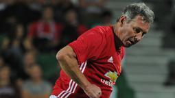 1. Bryan Robson menjadi kapten pertama dan terlama Machester United di era Premier League pada 1982-1994. (AFP/Greg Wood)