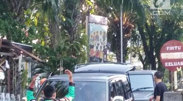 Sejumlah mobil meninggalkan lokasi ledakan di Gereja Katolik Santa Maria, Gubeng, Surabaya, Minggu (13/5). Ledakan terjadi pukul 07.19  (Liptan6.com/Istimewa)