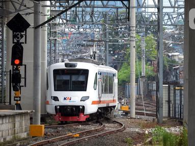 Kereta Bandara Premium tiba di Stasiun Manggarai, Jakarta, Sabtu (3/4/2021). PT Railink meluncurkan kereta bandara kelas premium dengan harga tiket lebih terjangkau. (merdeka.com/Imam Buhori)