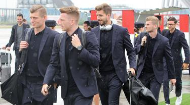 Para pemain Timnas Jerman tiba di Moskow, Selasa (12/6/2018). Jerman datang ke Rusia untuk mempertahankan gelar juara Piala Dunia. (AFP/Daniel Roland)