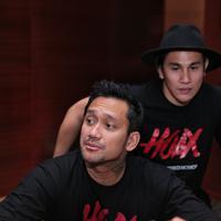 Untuk pertama kalinya Tora Sudiro dan Vino G Bastian dipasangkan dalam produksi. Saat menggelar jumpa pers dalam film Hoax, Vino mengaku Tora Sudiro sempat membuatnya sebel. (Adrian Putra/Bintang.com)