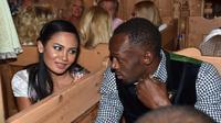 Usain Bolt goda gadis cantik di Oktoberfest. (The Sun)