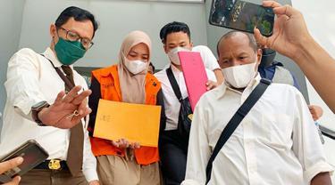 Mantan anak buah Yan Prana Indra Jaya, DF digiring petugas Kejati Riau terkait kasus korupsi yang menjeratnya.