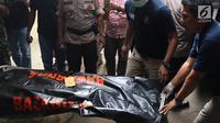 Petugas memindahkan kantong jenazah dari ambulans ke RS Polri, Kramat Jati, Jakarta, Selasa (30/10). Pesawat Lion Air JT 610 dilaporkan hilang sekitar pukul 06.00 WIB. (Liputan6.com/Immanuel Antonius)