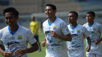 Pemain Persib Bandung, Esteban Vizcarra (dua dari kiri). (Bola.com/Muhammad Faqih)