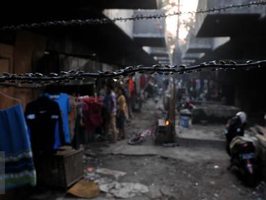 Suasana aktivitas warga yang tinggal di kolong jembatan Penjagalan, Penjaringan, Jakarta, Kamis (13/8/2015). Mahalnya biaya hidup dan sewa layak di Jakarta membuat mereka terpaksa tinggal di kolong jembatan. (Liputan6.com/Johan Tallo)