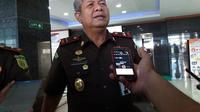 Kepala Kejaksaan Tinggi Sulawesi Selatan, Firdaus Dewilmar mengaku pusing dengan adanya masalah yang menimpa anggotanya sehingga harus berurusan dengan Jamwas Kejagung (Liputan6.com/ Eka Hakim)