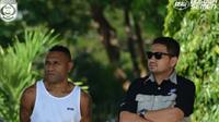 Titus Bonai bersama CEO PSM Makassar, Munafri Arifuddin saat menyaksikan latihan tim Juku Eja di Lapangan Kodam VII/Wirabuana, Makassar, Selasa (12/7/2016). (Twitter)