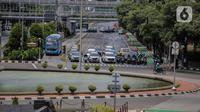 Kendaraan melintas di kawasan ganjil genap di jalan thamrin, Jakarta, Rabu (8/4/2020). Ditlantas Polda Metro Jaya mengumumkan perpanjangan masa peniadaan kebijakan pembatasan kendaraan bernomor polisi ganjil genap di wilayah Jakarta hingga 19 April 2020. (Liputan6.com/Faizal Fanani)