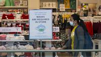 Seorang perempuan melewati sebuah toko yang ditempeli pemberitahuan tentang kewajiban memakai masker di Toronto, Kanada, 10 November 2020. Hingga Selasa sore waktu setempat, Kanada telah melaporkan total 272.512 kasus COVID-19 dan 10.629 kematian, menurut jaringan televisi CTV. (Xinhua/Zou Zheng)