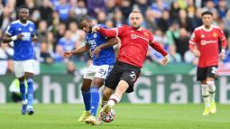 Luke Shaw - Pada laga kala ini Shaw beberapa kali terlibat dalam membangun serangan Manchester United. Namun sayang di sisi lain ia juga benar-benar dibuat kerepotan oleh barisan penyerang Leicester City sehingga harus menyerah dengan skor 4-2. (AFP/Paul Ellis)