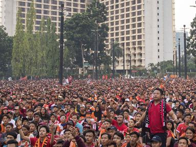 Lautan suporter Persija Jakarta, The Jakmania, memberi dukungan saat nonton bareng di Plaza Timur Senayan, Jakarta, Minggu (9/12). Persija juara Liga 1 setelah menang 2-1 atas Mitra Kukar. (Bola.com/Peksi Cahyo)