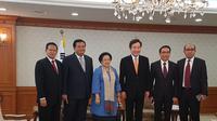 Presiden ke-5 RI Megawati Soekarnoputri bertemu Perdana Menteri Korea Selatan, Lee Nak-yon, di Gwanghwamun. (Liputan6.com/Andry Haryanto)