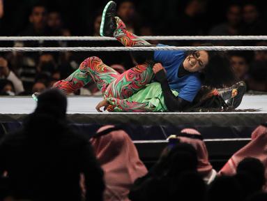 Juara Wanita Smackdown Downley bergulat dengan Naomi pada pertandingan WWE Super Showdown di Riyadh, Arab Saudi, Kamis (27/2/2020). Pemerintah Arab Saudi pada hari Kamis, 27 Februari 2020 resmi menghentikan sementara izin umrah bagi seluruh negara. (AP Photo/Amr Nabil)