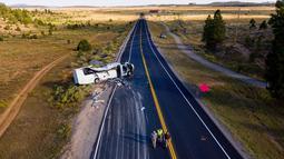 Bus wisata berisi turis China mengalami kecelakaan di dekat Taman Nasional Bryce Canyon, barat daya Utah, Amerika Serikat, Jumat (20/9/2019). Total terdapat 30 orang, termasuk sopir di dalam bus yang kecelakaan saat sedang melaju menuju taman nasional. (Spenser Heaps/The Deseret News via AP)