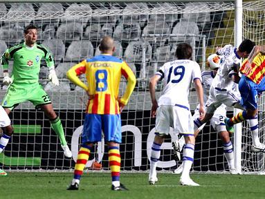 Edouardo Vargas menyundul bola untuk mencetak gol pada putaran leg pertama 32 besar Liga Eropa antara Dynamo Kyiv vs Valencia  di Nicosia, Siprus pada 21 Februari 2014 (AFP/Sakis Savides).