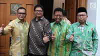 Ketua Umum Partai Golkar, Airlangga Hartarto bersama Ketua Umum PPP, Muhammad Romahurmuziy (kedua kiri) jelang pertemuan dengan Presiden Joko Widodo di Jakarta, Kamis (9/8).  (Liputan6.com/Helmi Fithriansyah)