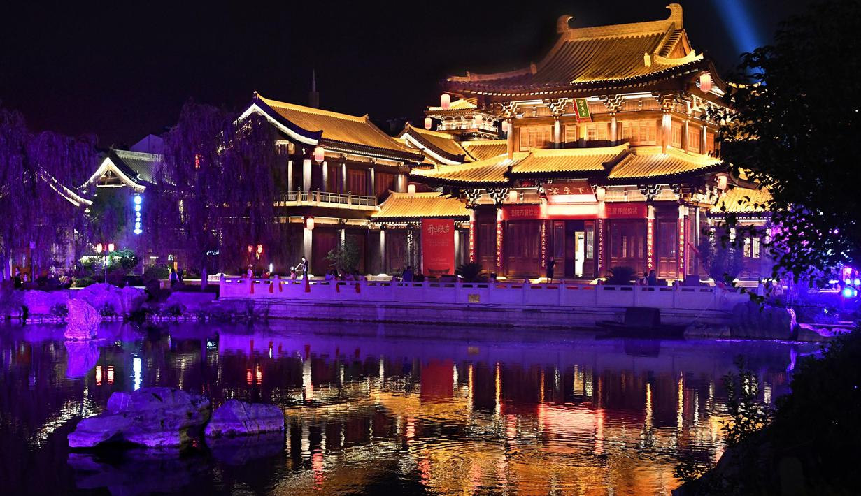 Foto yang diabadikan pada 7 Juli 2020 ini menunjukkan panorama malam hari di kota kuno Luoyi di Luoyang, Provinsi Henan, China tengah. Berbagai bentuk tur malam hari di Luoyang menarik banyak wisatawan dan mendongkrak perekonomian. (Xinhua/Li An)