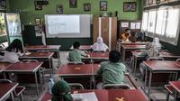 Siswa saat mengikuti kegiatan belajar tatap muka di SDN Pekayon Jaya VI, Bekasi, Rabu (24/3/2021). Jumlah siswa pun dibatasi hanya 15 orang tiap kelas dan wajib mengenakan masker baik murid maupun guru. (merdeka.com/Iqbal S. Nugroho)