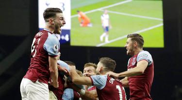 Para pemain West Ham United merayakan gol yang dicetak oleh Manuel Lanzini ke gawang Tottenham Hotspur pada laga Liga Inggris Senin (19/10/2020). Kedua tim bermain imbang 3-3. (AP/Matt Dunham, Pool)