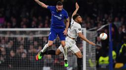 Duel udara antara Olivier Giroud dan Simon Falette pada leg kedua Liga Europa yang berlangsung di Stadion Stamford Bridge, London, Jumat (10/5). Chelsea menang 4-3 atas Eintracht Frankfurt lewat adu penalti. (AFP/Oliver Greenwood)