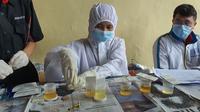 Anggota Polres Depok melakukan pemeriksaan tes urien untuk mencegah penggunaan narkoba di Polrestro Depok. (Liputan6.com/istimewa)