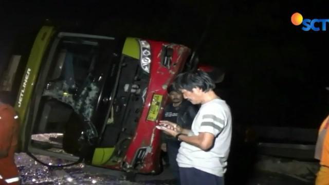 Menurut salah seorang penumpang bus yang melaju kencang hilang kendali akibat jalan licin usai diguyur hujan.