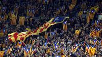 """Ribuan Warga yang juga suporter Barcelona memegang bendera """"Estelada"""" (bendera separatis Catalan) sebelum laga Liga Champions grup E antara Barcelona dan Bate Borisov di Stadion Camp Nou, Barcelona, Spain, Rabu (4/11/2015). (REUTERS/Albert Gea)"""