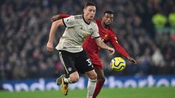 Gelandang Manchester United, Nemanja Matic, berebut bola dengan gelandang Liverpool, Georginio Wijnaldum, pada laga Premier League di Stadion Anfield, Liverpool, Minggu (19/1). Liverpool menang 2-0 atas MU. (AFP/Paul Ellis)