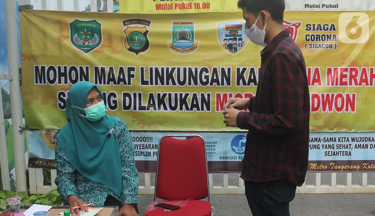 Petugas memeriksa surat hasil tes cepat COVID-19 kepada warga yang hendak memasuki kawasan yang menerapkan lockdown skala mikro akibat warga di kawasan tersebut terpapar COVID-19 di RW 03, Kelurahan Gandasari, Kecamatan Jatiuwung, Kota Tangerang, Rabu (9/6/2021). (Liputan6.com/Angga Yuniar)