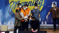 Menteri Kelautan dan Perikanan, Edhy Prabowo (kedua kiri) digiring petugas usai rilis penetapan tersangka kasus dugaan suap penetapan calon eksportir benih lobster di Gedung KPK Jakarta, Kamis (26/11/2020). Sebelumnya, Edhy ditangkap KPK usai lawatan ke Amerika. (Liputan6.com/Helmi Fithriansyah)