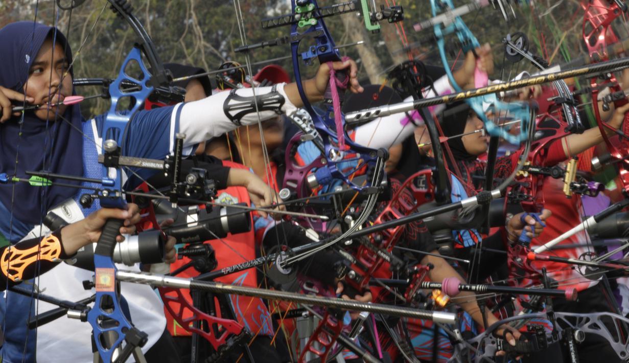Para pepanah bersiap melepas busur panah saat Kejuaraan Nasional Panahan Prakualifiikasi PON XX /2020 di Lapangan Panahan Senayan, Jakarta, Senin (23/9). Seleksi ini diikuti oleh 516 peserta dan 30 provinsi. (Bola.com/Vitalis Yogi Trisna)