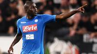 1. Kalidou Koulibaly - Pemain 27 tahun itu merupakan bek lengkap yang tampil apik di barisan belakang Napoli. Kedatangannya di Santiago Bernabeu nanti diharapkan bisa menambal lini pertahanan Real Madrid yang buruk di musim ini. (AFP/Marco Bertorello)