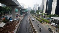 Kendaraan melintas di Jalan Rasuna Said, Jakarta, Senin (16/3/2020). Jalan Rasuna Said terlihat lengang setelah Gubernur DKI Jakarta Anies Baswedan mencabut sementara sistem ganjil genap dan meliburkan sekolah untuk mengantisipasi penyebaran virus corona COVID-19. (merdeka.com/Dwi Narwoko)