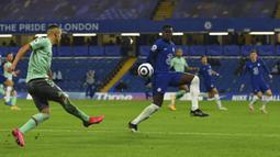 Pemain Everton Richarlison (kiri) beraksi saat melawan Chelsea pada  pertandingan Liga Inggris di Stadion Stamford Bridge, London, Inggris, Senin (8/3/2021). Chelsea menang 2-0. (Glyn Kirk/Pool via AP)