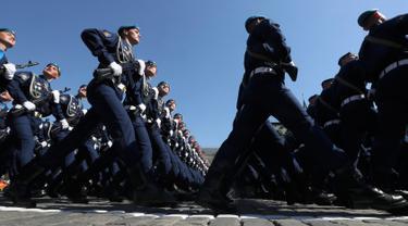 Prajurit Rusia berbaris selama parade Hari Kemenangan menandai ulang tahun ke-71 dari kemenangan atas Nazi Jerman dalam Perang Dunia II, di Lapangan Merah di Moskow, Rusia, (9/5). (REUTERS/Grigory Dukor)