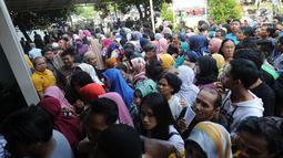 Warga mengantre untuk mengajukan permohonan pencetakan E-KTP di Kantor Disdukcapil Kota Bogor, Jawa Barat (6/6). Antrean ini membludak karena disebabkan pelayanan yang dibatasi hanya 400 orang per hari. (Merdeka.com/Arie Basuki)