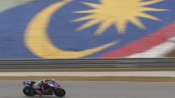 Pembalap Yamaha Jorge Lorenzo saat melakukan sesi latihan bebas  di Sirkuit Internasional Sepang, Malaysia, Sabtu  (24/10/2015).   Lorenzo menegaskan ia merasa tidak tertekan jelang bergulirnya MotoGP Malaysia. (REUTERS/Olivia Harris)