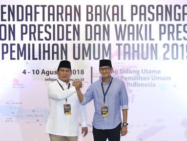 Bakal Capres/Cawapres Pemilu 2019, Prabowo Subianto (kiri) dan Sandiaga Uno usai menyerahkan syarat pencalonan di Gedung KPU, Jakarta, Jumat (10/8). Prabowo Subianto/Sandiaga Uno menjadi bakal calon kedua yang mendaftar. (Liputan6.com/Helmi Fithriansyah)