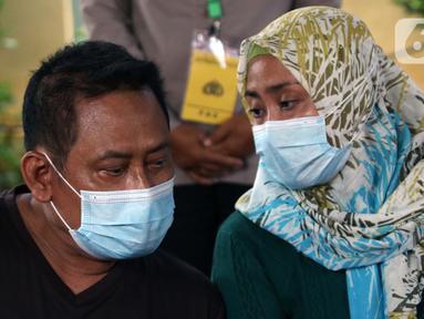 Supeno Hendri Kiswanto (kiri), ayah dari Okky Bisma korban kecelakaan pesawat Sriwijaya Air SJ 182, saat mengurus pengambilan jenazah Okky Bisma di Posko Ante Mortem, RS Bhayangkara RS Sukanto, Jakarta, Rabu (13/1/2021). Jenazah akan diambil pada Kamis (14/1). (Liputan6.com/Helmi Fithriansyah)