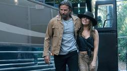 """Gambar yang dirilis oleh Warner Bros menunjukkan Bradley Cooper dan Lady Gaga dalam adegan film """"A Star is Born."""" Dalam film ini, Lady Gaga memerankan sosok Ally yang memiliki karakter polos dan pemalu. (Neal Preston/Warner Bros via AP)"""
