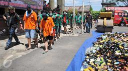 Para tersangka dihadirkan saat pemusnahan barang bukti Narkoba dan miras di Polsek Palmerah, Jakarta, Rabu (23/12). Barang bukti Rp25,9 M itu disita sejak Oktober – Desember 2015 dengan total tersangka 19 orang. (Liputan6.com/Gempur M Surya)