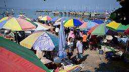 Suasana pasar ikan di Kedonganan, Denpasar, Bali (17/10/2019). Pasar Ikan Kedonganan juga merupakan sebuah pasar ikan tradisional berbasis wisata. (AFP Photo/Sonny Tumbelaka)