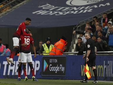 Selebrasi yang dilakukan pemain Man United pada laga lanjutan Premier League yang berlangsung di stadion Wembley, Inggris, Minggu (13/1). Man United menang atas Tottenham Hotspur 1-0. (AFP/Adrian Dennis)