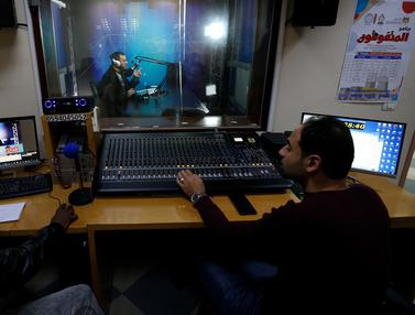 Diisolasi Akibat Corona, Guru di Gaza Mengajar Lewat Siaran Radio