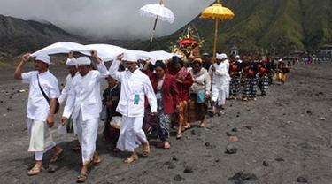 Ribuan Wisatawan Meriahkan Ritual Yadnya Kasada 2017 di Bromo