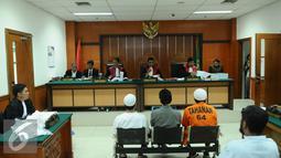 Sejumlah terdakwa simpatisan ISIS bersiap memberikan kesaksian saat sidang lanjutan dengan terdakwa Aprimul Henry alias Mulbin Arifin di PN Jakarta Barat, Kamis (21/1/2016). Sidang untuk mendengarkan keterangan saksi. (Liputan6.com/Helmi Fithriansyah)